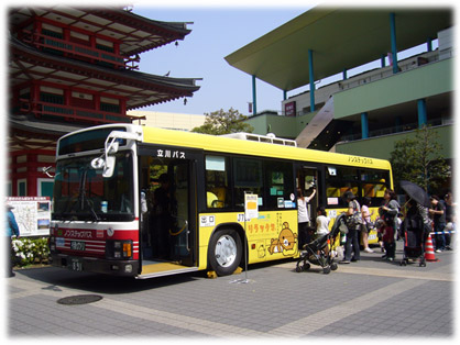 ビナウォークで展示される「リラックマバス1号車」