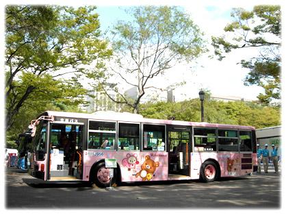 会場の日比谷公園に到着し、展示準備中の「リラックマバス3号車」