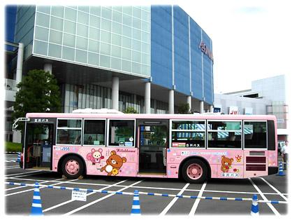 イオンモールのバス停に停車する1号車と2号車