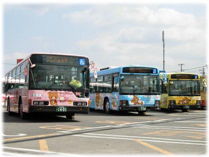 会場の拝島営業所で展示される、3台の「リラックマバス」