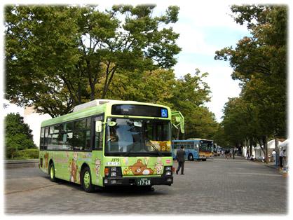 会場の代々木公園(ケヤキ並木)に到着し、展示準備中の「リラックマバス4号車」