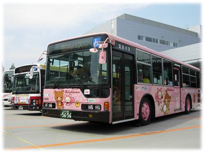 開設前の小田急バス登戸営業所で展示される「リラックマバス3号車」