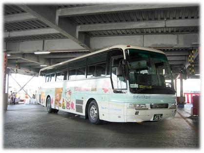 会場である江ノ電バス藤沢の湘南営業所に到着した「リラックマバス5号車」