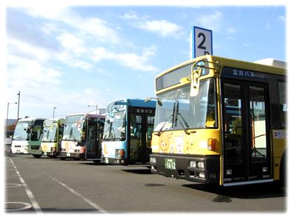 イオンモールむさし村山に集結した5台のリラックマバス