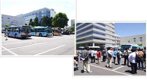 様々なバスが展示された会場や展示中の様子