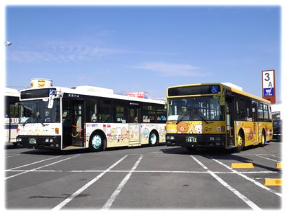 イオンモールむさし村山で展示される「リラックマバス1号車」(右)と「すみっコぐらしバス」